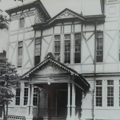 <p>6月、本館の西側(旧職員室)が取り壊され、鉄筋校舎となった。 昭和38年9月、写真の部分が壊され、本校のシンボルともいうべき白亜の学び舎は姿を消した。写真の左端に一部改築された校舎が見える(京都新聞社提供)</p>