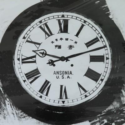 """思い出の時計東山中学校第一回卒業生(明治45年)寄贈のアメリカ製時計。校長室入口上部外壁にかけられ、""""時計の下に立て!""""と命ぜられた思い出の深い時計である。"""