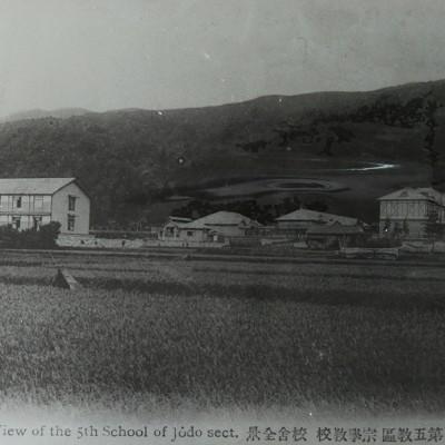 <p>浄土宗第五教區宗學教校 校舎全景<br /> 移転新築当時、信仰者や寄宿の西側は麦畑で、野村別邸碧雲荘はまだできていなかった。</p>