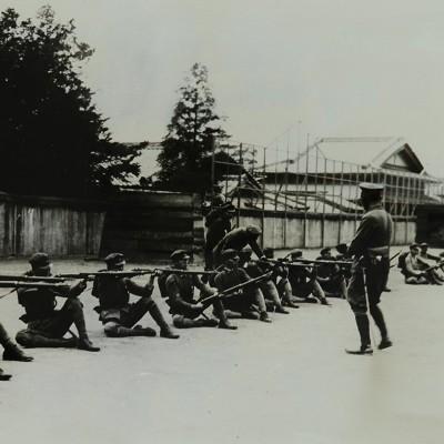 <p>太平洋戦争勃発とともに軍事教練の比率が増大。裏山に戦技訓練道場ができた。</p>