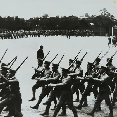 <p>学園に戦時色。配属将校が着任し軍事教練が実施。日本の大陸進攻とともに一段と強化された。太平洋戦争下、査閲の一コマ。</p>