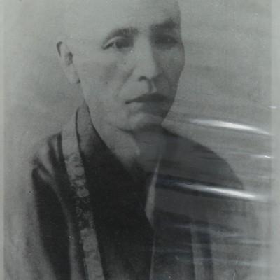 <p>勤息義城師(1847-1901)<br /> 学天大僧正の学問のすすめに呼応し、知恩院三門南側の源光院に同志的研究機関を結ぶ。本学園の源流となる。</p>