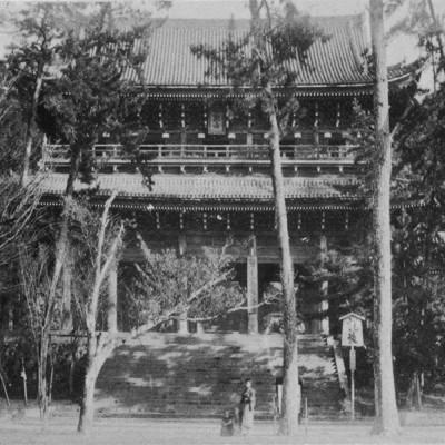 <p>明治元年の創立にはまだ校舎はなく、知恩院内の勧学院本場が学び舎であった。</p>
