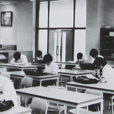 図書室での受験勉強に精を出す生徒たち。